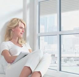 wbb dakkapellen - waarom een dakkapel - Vrouw in raam