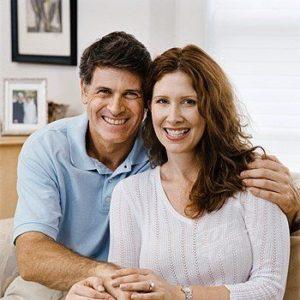 Tevreden echtpaar na plaatsing van hun dakkapel door wbb-dakkapellen