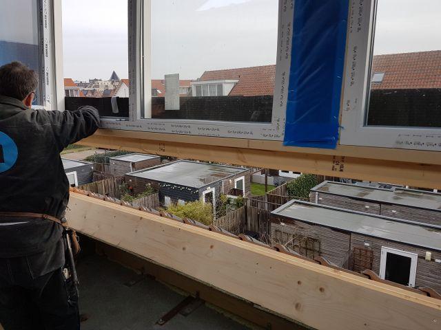 wbb-dakkapellen - Dakkapel hangt nu voor de opening in het dak