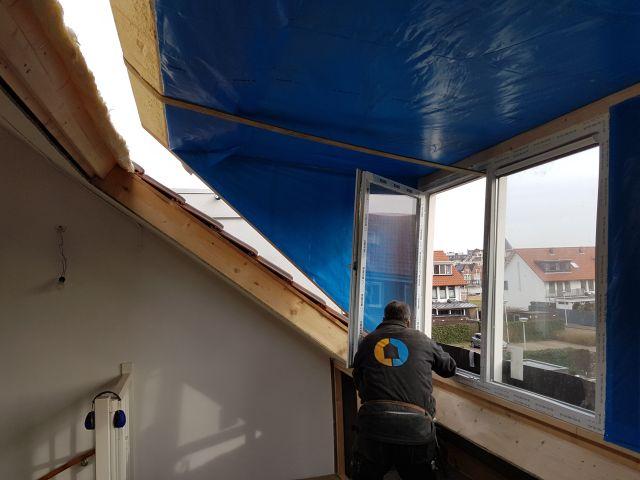 wbb - dakkapellen - Onderzijde dakkapel wordt als eerste nauwkeurig geplaatst